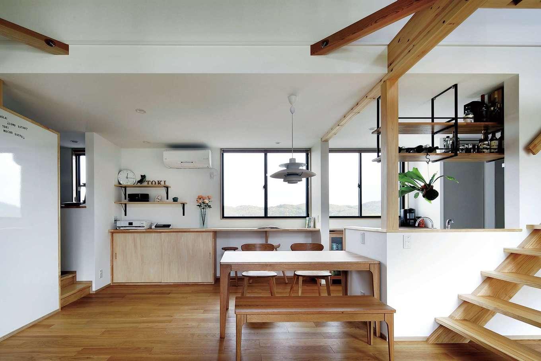 檜建設 エニーホーム【デザイン住宅、趣味、建築家】リビングの北側に山の稜線を望めるカウンタースペースをつくった
