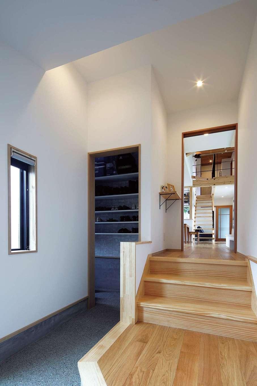 檜建設 エニーホーム【デザイン住宅、趣味、建築家】土地の高さをカバーするために、3段ほどの小さな階段を玄関に設けた