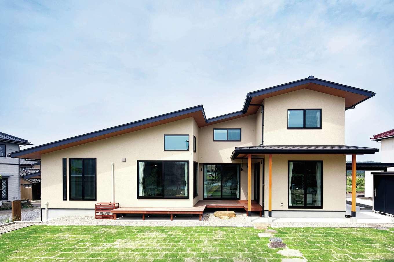 檜建設 エニーホーム【デザイン住宅、趣味、建築家】屋根の形状や高さを工夫して、平屋だった住まいを2階建てに。陽光を遮らないなど近隣に配慮した建て方になっている