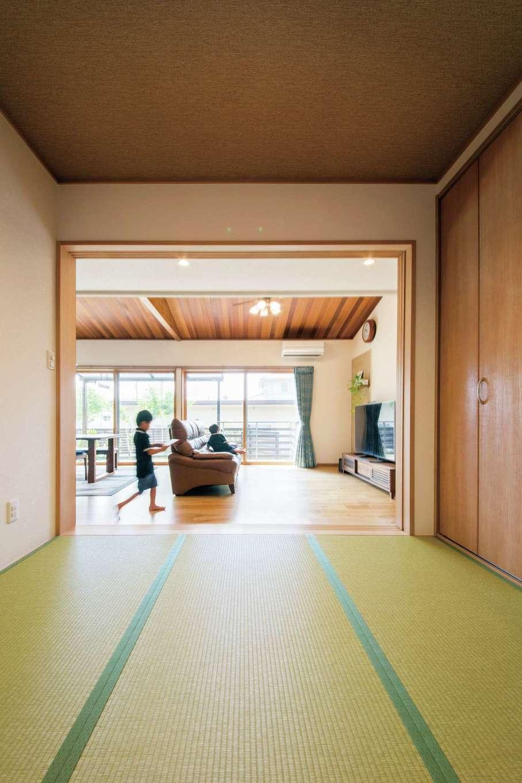オカダ【子育て、自然素材、間取り】リビングからも廊下からもつながる和室は、子どもたちの寝室になっている