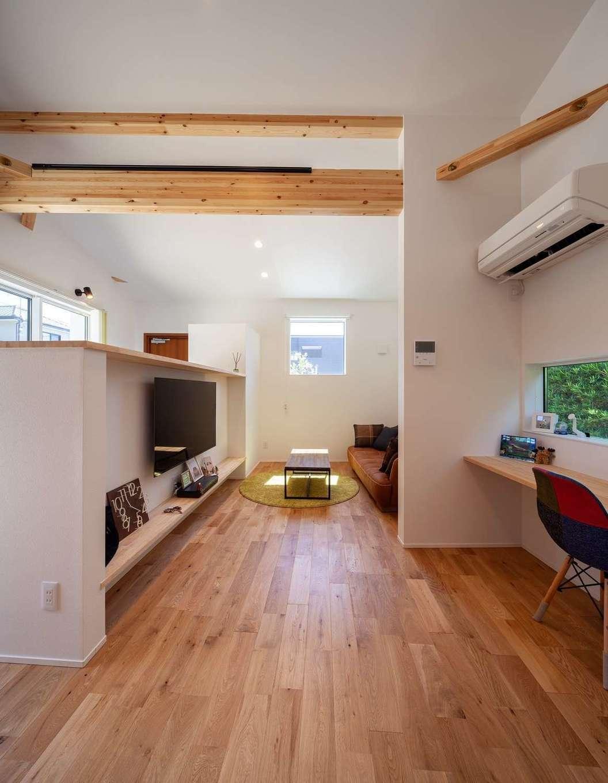 オークの床に柔らかな光が注ぐリビングは夫妻のお気に入り。白い造作のTVボードの裏側には土間廊下が設けてある