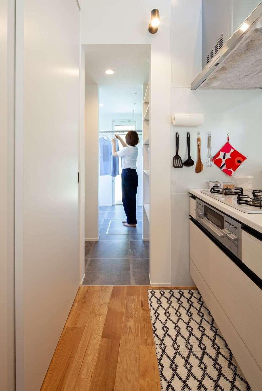 キッチンの奥には洗濯物を洗う・干す・しまうが一か所でできるスペースを確保。「室内干しでもジメジメしないし、洗濯物がすぐに乾きます。共働きの私たちにとっては、天気に左右されずに洗濯が出来ることが本当に助かります」と奥さま