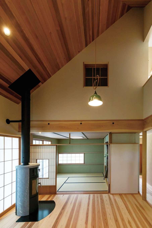 石牧建築【デザイン住宅、和風、趣味】吹抜けのダイニングに北欧製の薪ストーブを設置。床と天井は天竜杉。リビング兼茶室は旧家の建具の高さに合わせて設計した