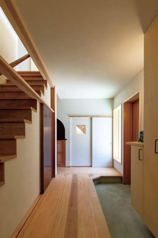 石牧建築【デザイン住宅、和風、趣味】手きざみならではの気品と美しさを感じる土間玄関。漆塗りの収納扉がアクセントに。奥に見える白い障子は茶室の茶道口