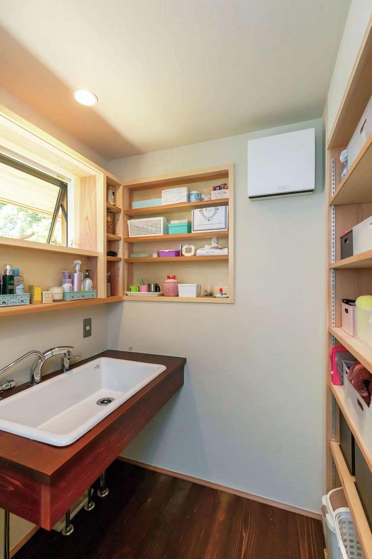 石牧建築【デザイン住宅、和風、趣味】床と洗面台は漆塗り仕上げ。収納棚も造作