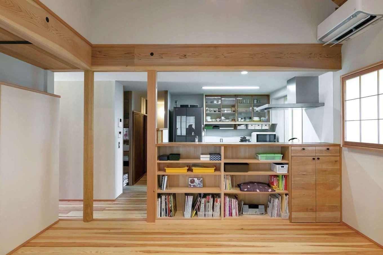 石牧建築【デザイン住宅、和風、趣味】オリジナルの造作キッチン。食器棚は旧家の窓ガラスを再利用