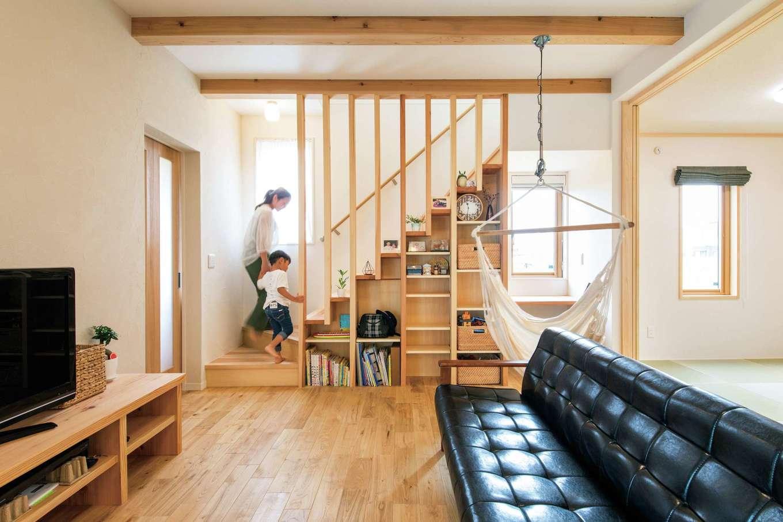 水田建設【子育て、自然素材、省エネ】リビング階段の下を有効利用した飾り棚は奥さまのアイデア。寝る前には棚から絵本を取り出して寝室へ持って行き、読み聞かせをするのが日課