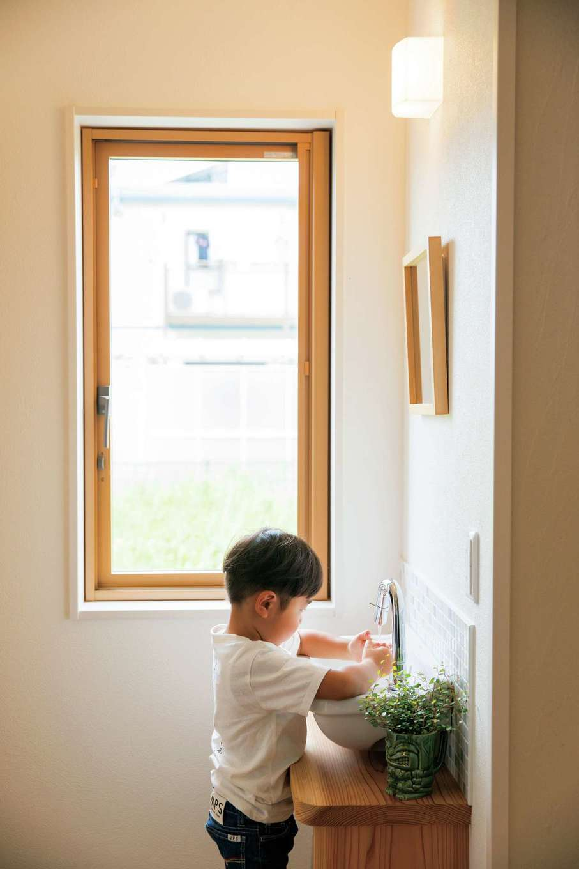 水田建設【子育て、自然素材、省エネ】帰宅したら玄関ホールにある手洗い場ですぐに手を洗う習慣が自然と身についた