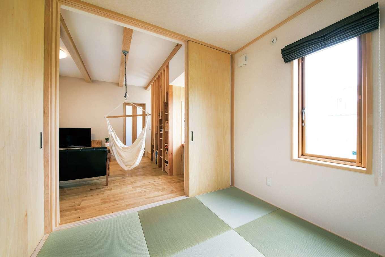 水田建設【子育て、自然素材、省エネ】リビングの続き間の和室は、客間以外にお子さまの遊び場や洗濯物をたたむ場所など、いろいろ使えて便利
