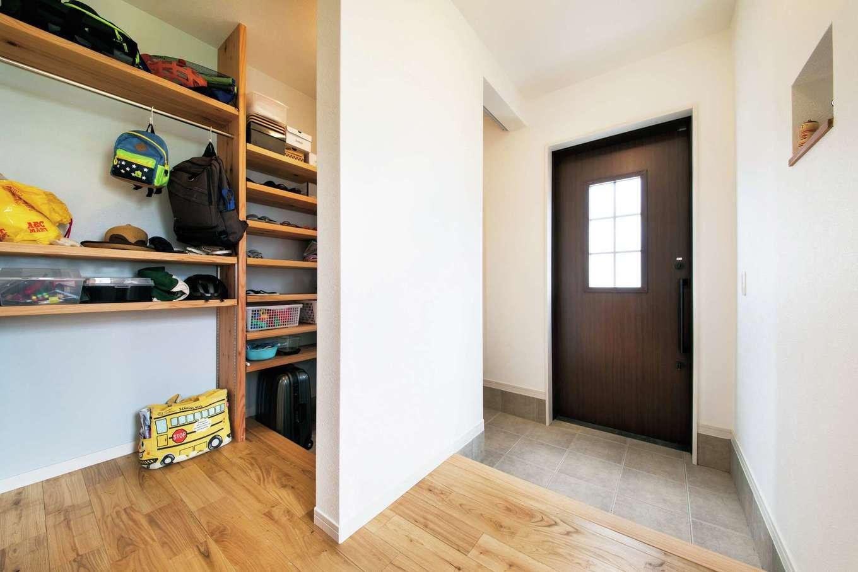 水田建設【子育て、自然素材、省エネ】玄関を壁で仕切って家族用玄関とシューズクロークを確保。靴やカバン類などをすっきり・たっぷり収納できる