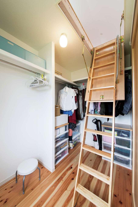 水田建設【子育て、自然素材、省エネ】2階の納戸の上にはさらに小屋裏収納がある。杉板張りで広々としているので、お子さまの隠れ家としても活躍しそう。2階の床はスギの無垢板張り