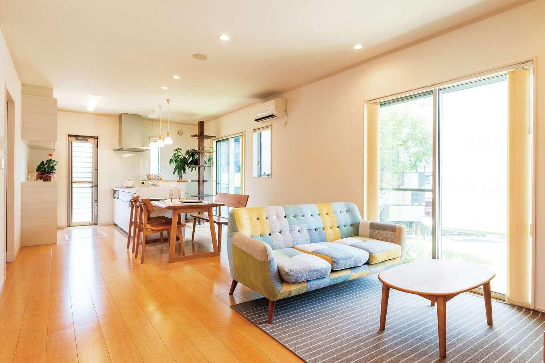 旭建設【富士市浅間本町2-36・モデルハウス】シンプル&ナチュラルな20畳のLDK。キッチンから家族の様子が見渡せて安心。大きめの窓から庭の景色も楽しめる