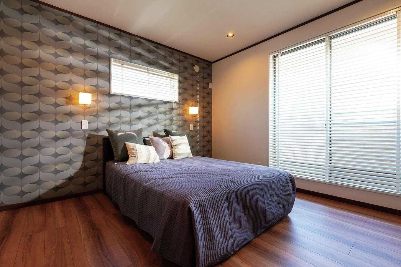 旭建設【富士市浅間本町2-36・モデルハウス】アクセントウォールと照明の陰影に癒される主寝室。大容量のウォークインクローゼットも完備