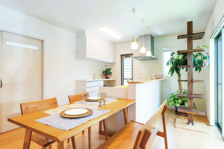 旭建設【富士市浅間本町2-36・モデルハウス】キッチンの横にダイニングテーブルを配置し、家事時間を短縮。ここにもキャットタワーが!