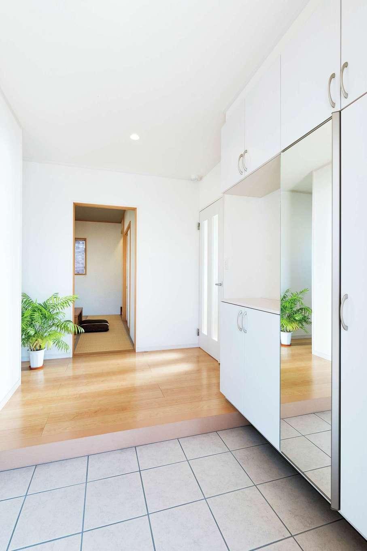 旭建設【富士市浅間本町2-36・モデルハウス】玄関ホールは収納充実でスッキリ。全身鏡は空間を広く見せる効果も