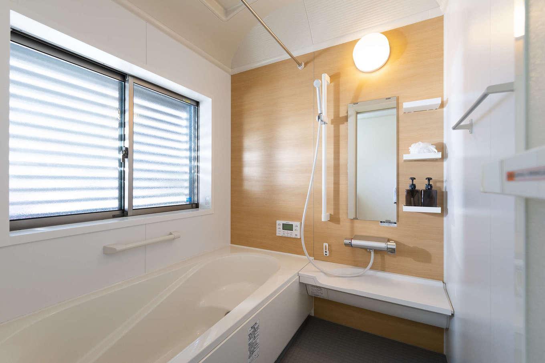 旭建設【富士市浅間本町2-36・モデルハウス】バスルームは大きな窓を低い位置に設けてカビを予防