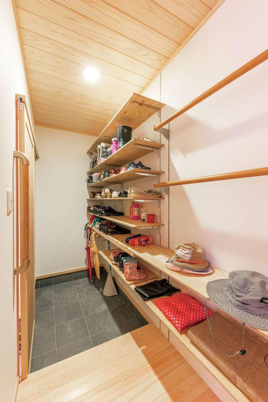 シューズクロークには傘置き場やコート掛けも設置。玄関やLDKのスッキリに貢献