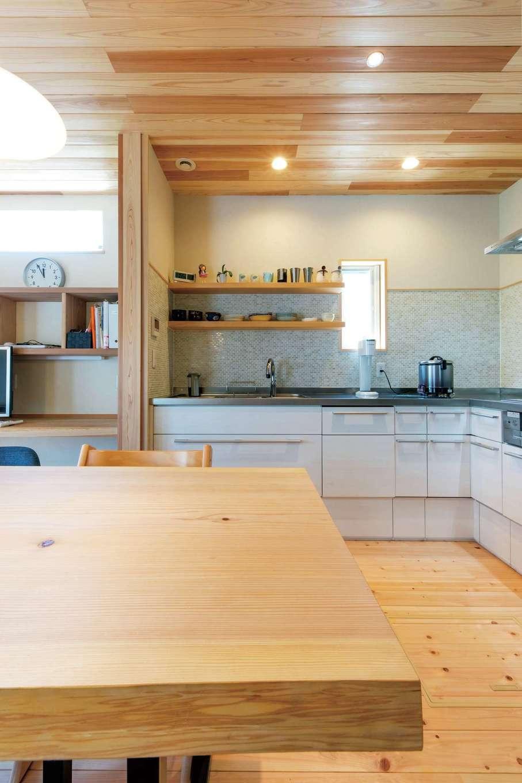 キッチンの壁は奥さま希望のタイル張りに。テーブルやカウンターにも目が届く、家族のつながりがある空間
