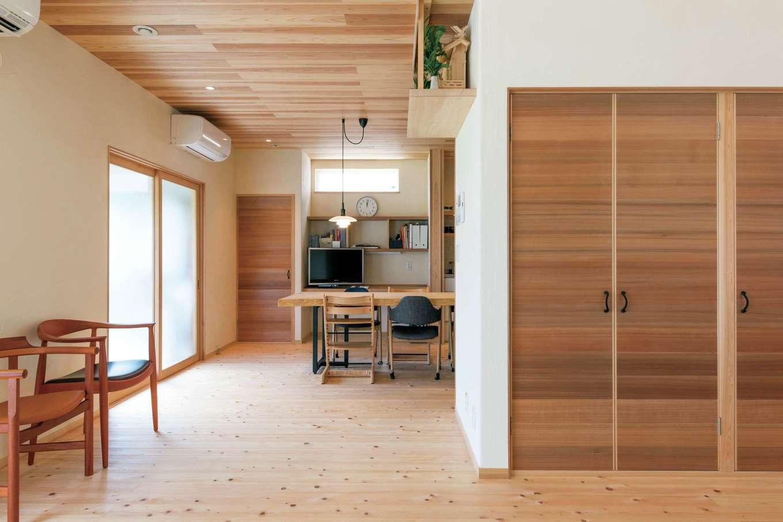 床はヒノキ、壁には100%天然素材の漆喰