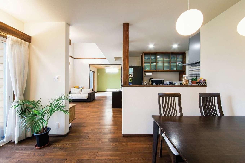 梅村建築【子育て、収納力、自然素材】キッチンから和室、リビング、ダイニング、庭まで見渡せる間取り
