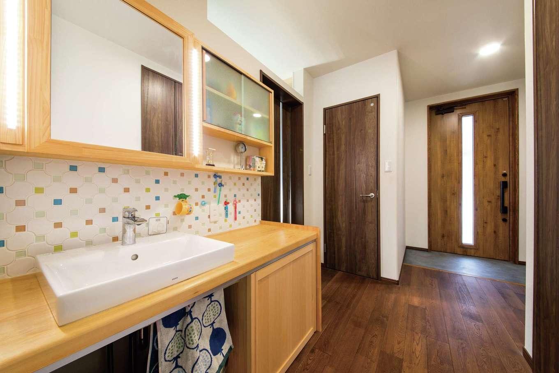 梅村建築【子育て、収納力、自然素材】帰ってきてすぐに手を洗う習慣が自然と身につく動線。洗面台と収納は造作
