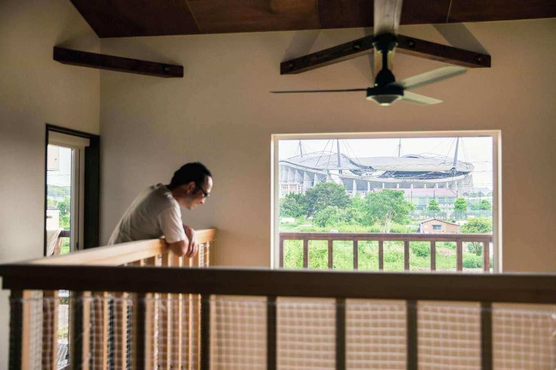 梅村建築【子育て、収納力、自然素材】豊田スタジアムが見える位置に設置したピクチャーウインドウ