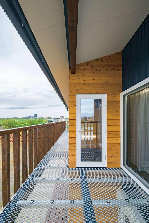 梅村建築【子育て、収納力、自然素材】2階のベランダはグレーチングを採用したことで、光と風を通す