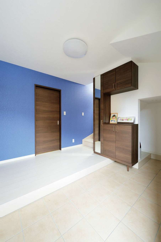 ロイヤルハウス岡崎店(ハート住いる)【1000万円台、子育て、ガレージ】広々とした玄関は収納も十分で、いつもすっきり。鮮やかなブルーのアクセントウォールがゲストをお出迎え