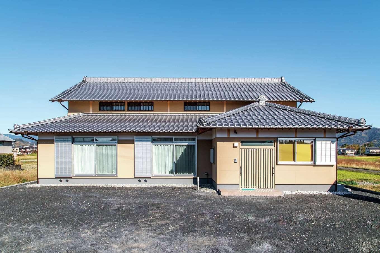 田んぼが広がるのどかな環境に、おおらかな構えの外観が溶け込む。小屋裏には通気用の窓を多く設置
