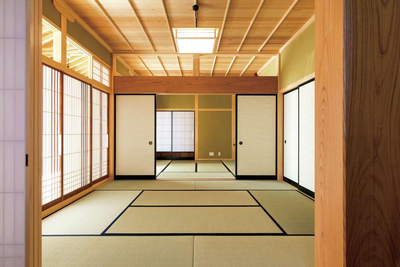 障子越しのやさしい光が、ふた間続きの和室に回り込む。スギ材の赤身できれいに収められたイナゴ天井が、品格を添える
