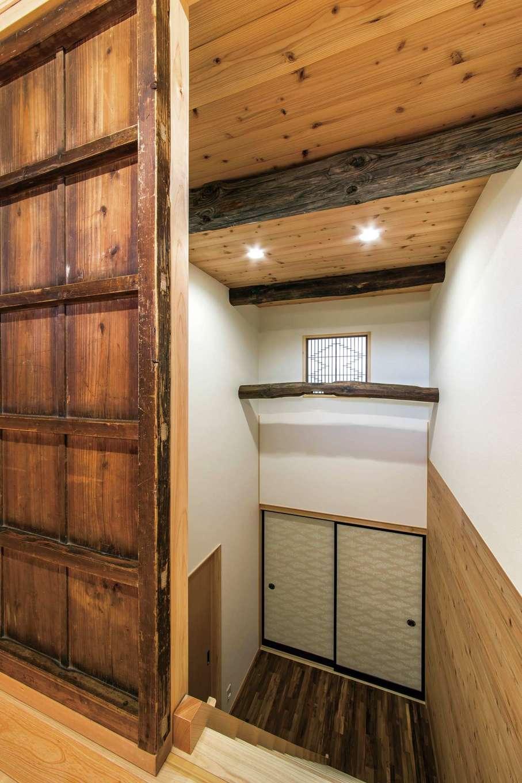 小屋裏に通じる吹き抜けのホールにも古い引き戸や古材が
