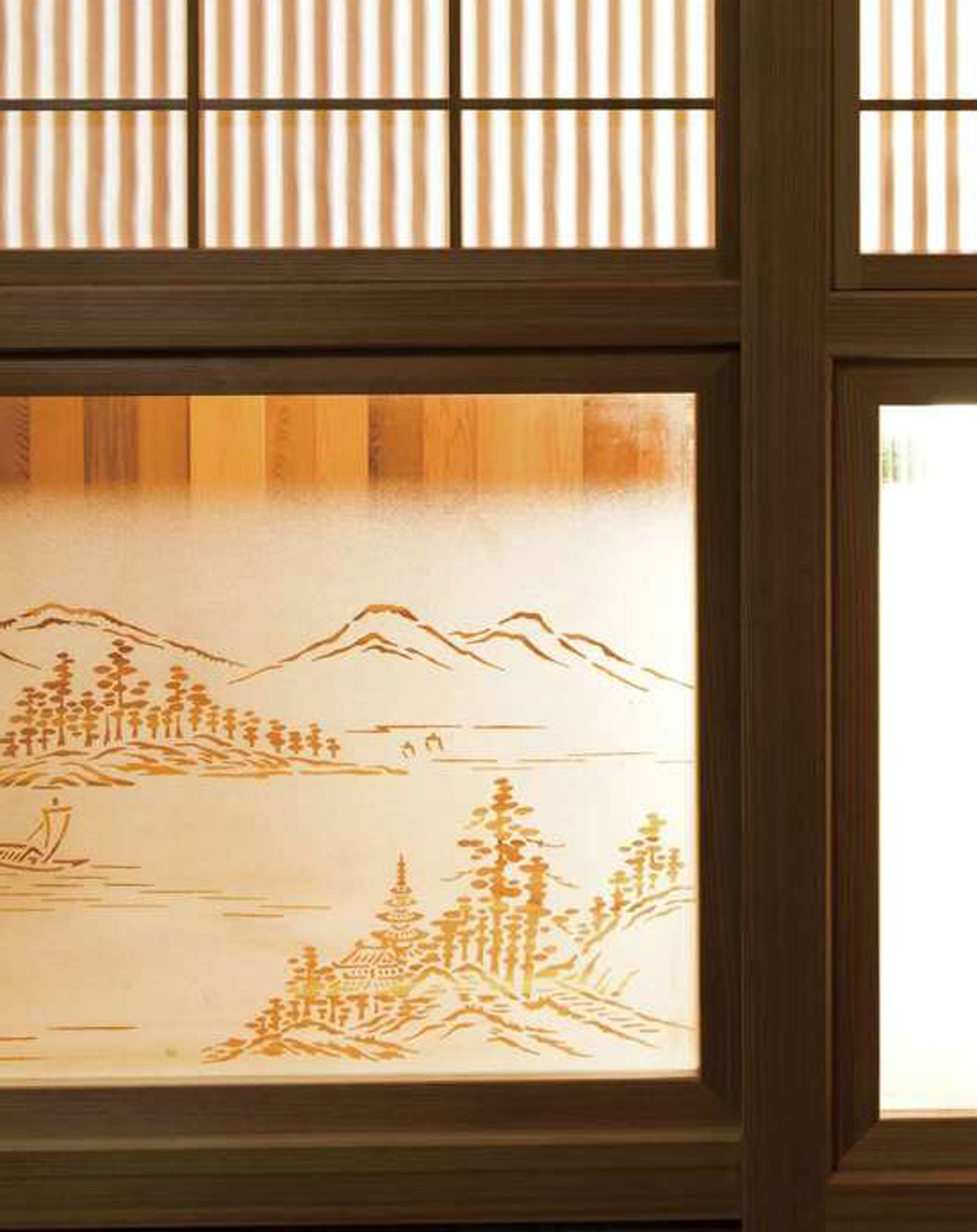 繊細な模様が施されたガラスは、建具にはめて仕立て直した。昔の家より天井が高いため、建具は材を継ぎ足して再利用されている