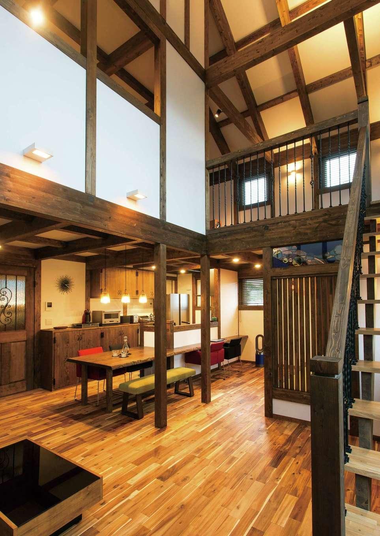 サイエンスホーム【デザイン住宅、趣味、自然素材】真壁とアイアンが絶妙に融合した空間は、何年住んでも飽きない。これだけの大空間でも外張り断熱で家中の温度差がなく、夏も冬も快適に過ごせる