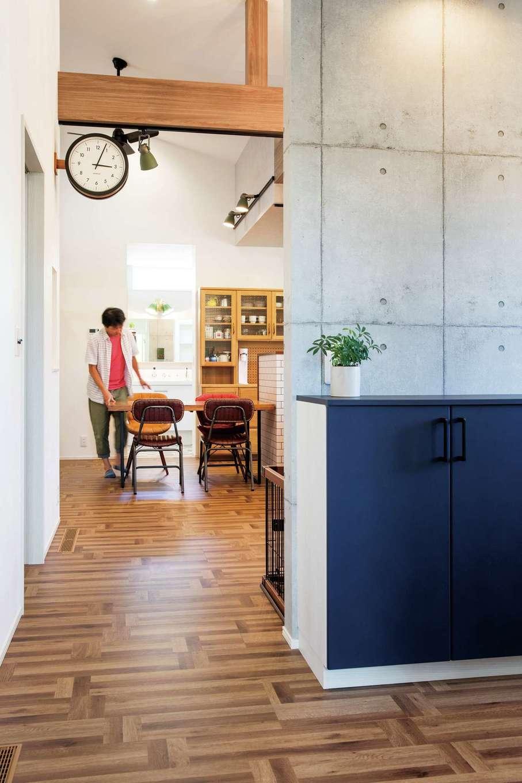コットンハウス【省エネ、高級住宅、平屋】LDKとオープンに繋がる玄関。ブルーの収納扉やステーションクロックがアクセント
