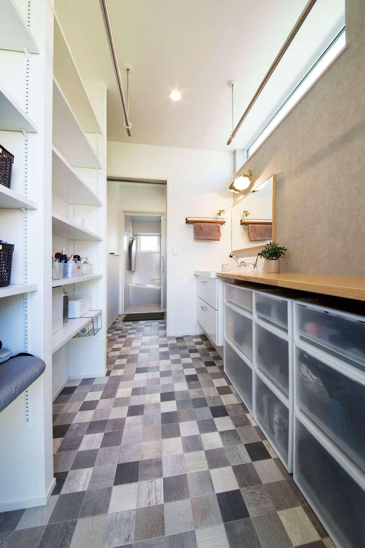 コットンハウス【省エネ、高級住宅、平屋】室内干しと収納スペース、作業用カウンターを設けたランドリー。勝手口の先にはデッキがあり、外干しも便利