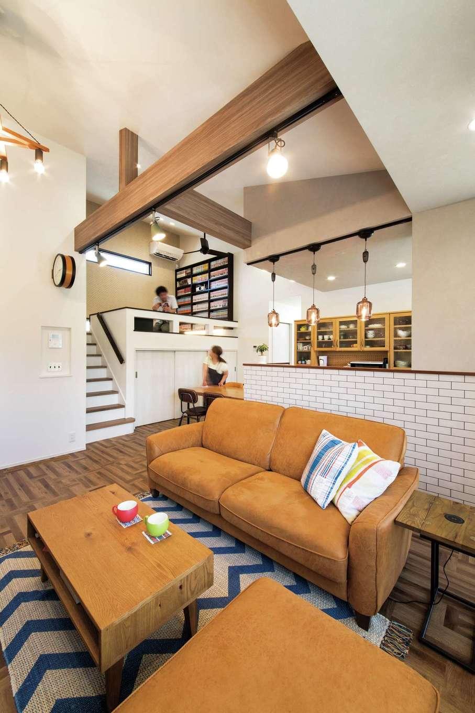 コットンハウス【省エネ、高級住宅、平屋】勾配天井が開放的なLDK。スキップフロアを設け、ご主人の漫画ルーム兼シアタールームに利用。階下には奥さまの趣味の裁縫コーナーを確保