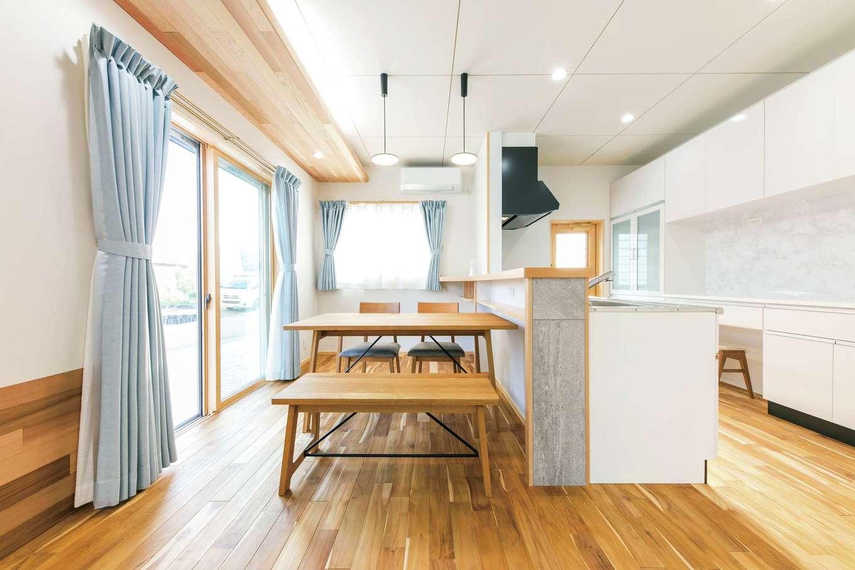 櫻 工務店【子育て、和風、自然素材】2面開口で明るいダイニングキッチン。照明が仕込まれた天井板はレッドシダー