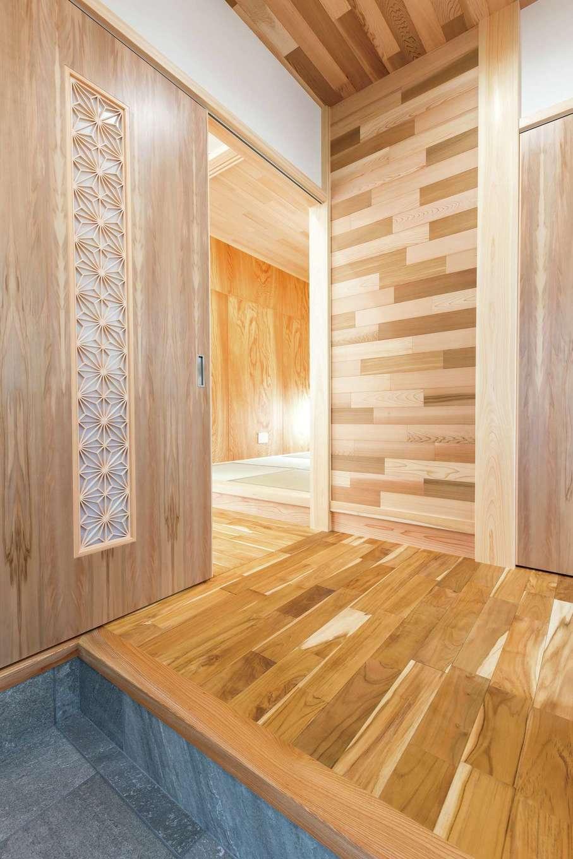 櫻 工務店【子育て、和風、自然素材】玄関の木製建具は吊り式で、手を軽く添えると自動的にゆっくり閉まる