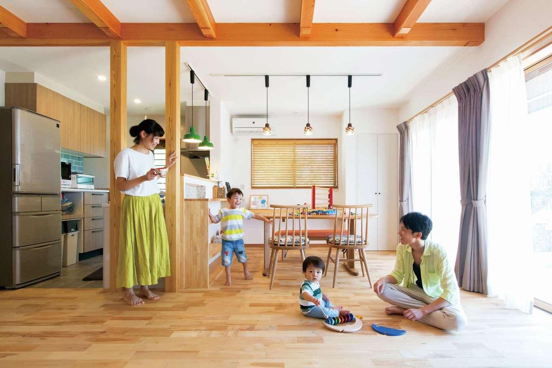 漆喰の白壁が室内をいっそう明るく感じさせる。家族はいつも素足の生活。子どもたちは無垢の床に座って遊んだり、寝転がったりするのがお気に入り