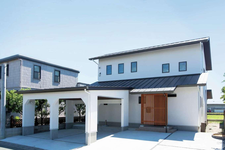建物に合わせてガレージも外壁を漆喰で仕上げ、いっそう存在感を放つ外観