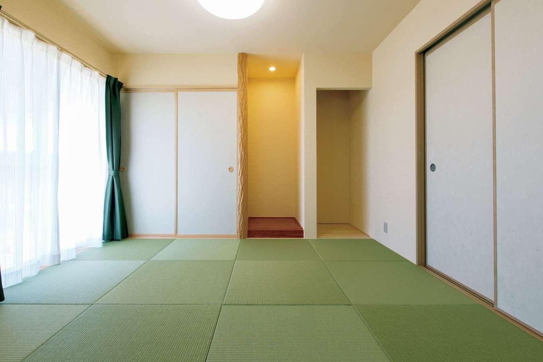 リビングと続き間の和室。天然絞りのスギの床柱はご主人のこだわり