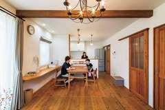 家族の暮らしがときめく カフェスタイルの木の家