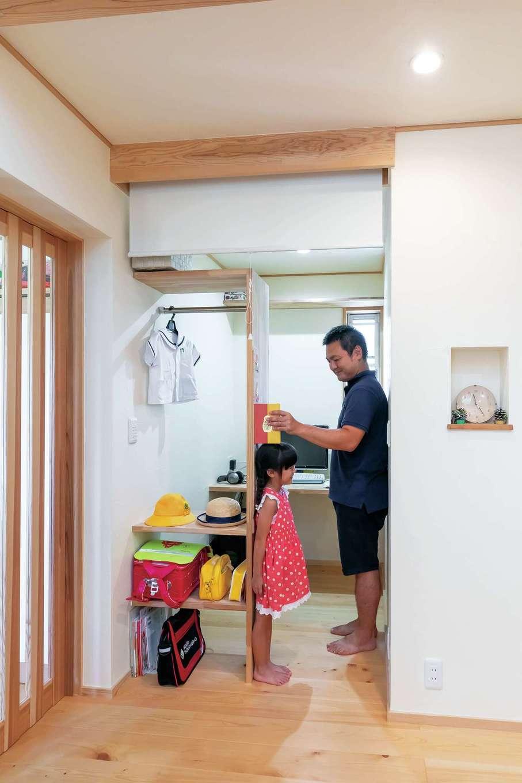 ナルセノイエ【子育て、和風、自然素材】玄関を入ってすぐの場所に通学用具や上着を置ける棚を造作。奥はパソコンスペースになっている