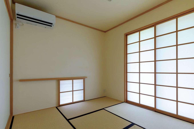風が心地よく通り抜けるようにと、東西南北に大小さまざまな窓を設けている