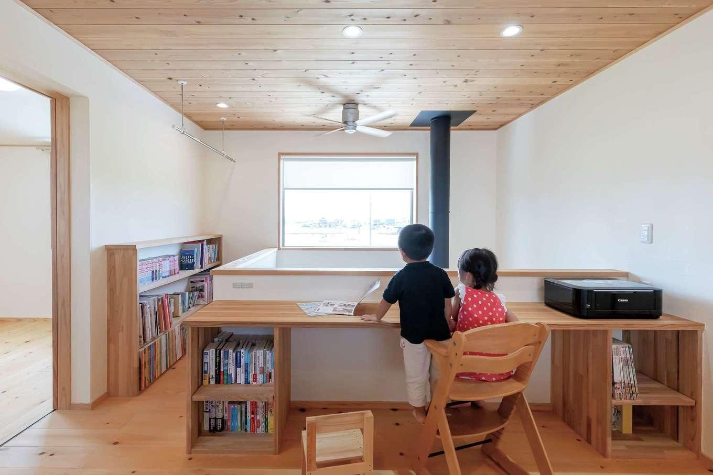 ナルセノイエ【子育て、和風、自然素材】吹き抜けと一体化した2階の共用スペース。棚やカウンターを設け、読書や勉強ができるようにした