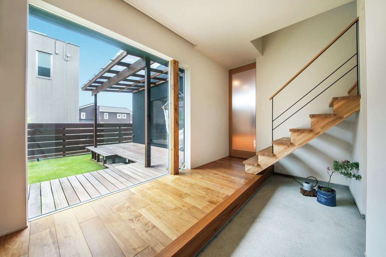 温戸ライフ【デザイン住宅、趣味、インテリア】正面に大きなピクチャーウインドウを設けたことで、目線が抜けていく玄関ホール