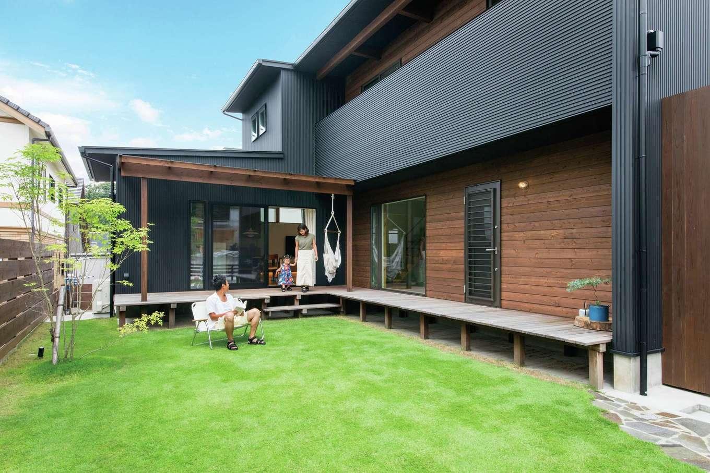 温戸ライフ【デザイン住宅、趣味、インテリア】広い天然芝のある庭は子どもが裸足で遊んだり、仲間とBBQを楽しんだりと家族にとって大切な場所に