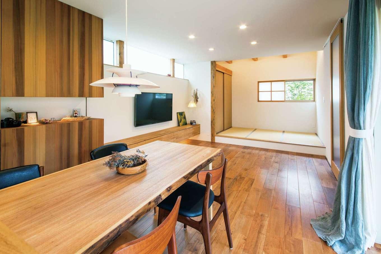 温戸ライフ【デザイン住宅、趣味、インテリア】キッチンから外の紅葉が見える位置に、畳コーナーの窓を