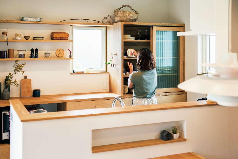 温戸ライフ【デザイン住宅、趣味、インテリア】デザインと使い勝手を両立した、ご主人手づくりのカップボード。見せる収納と隠す収納のバランスも完璧。「カフェみたい!」とママ友から大好評