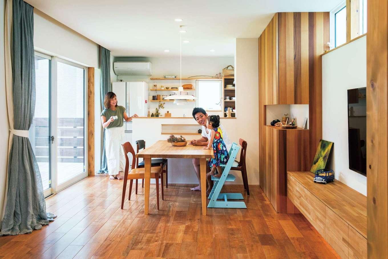 温戸ライフ【デザイン住宅、趣味、インテリア】木の質感に癒されるLDKは、ご主人が作った家具や奥さまが選んだ北欧の照明で上手にコーディネートされている